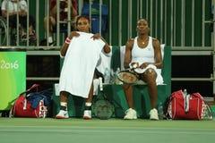 Campeones olímpicos Serena y Venus Williams de los E.E.U.U. en la acción durante el primer partido de la ronda de dobles de la Rí Fotografía de archivo libre de regalías