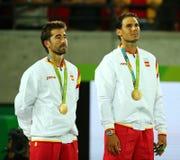 Campeones olímpicos Mark Lopez y Rafael Nadal de España durante ceremonia de la medalla después de la victoria en los dobles de l Fotografía de archivo
