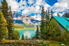 Camper à l'émeraude de lac Image stock