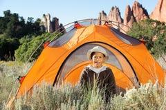 Camper à l'extérieur dans la tente Photographie stock libre de droits