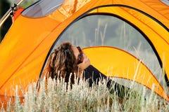 Camper à l'extérieur dans la tente Images libres de droits