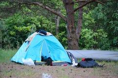Camper à la forêt photographie stock libre de droits