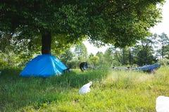 Camper au lac photographie stock
