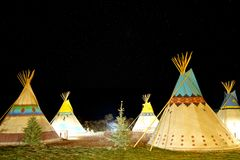 Camper au premier tipi de nation d'Américain la nuit sous des étoiles photo stock