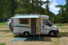 Camper auf Gebirgsdem kampieren Stockfotografie