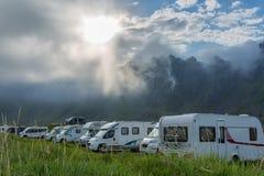 Camper avec des campeurs sous une montagne Photo stock