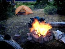 Camper avec le feu de camp Photo libre de droits