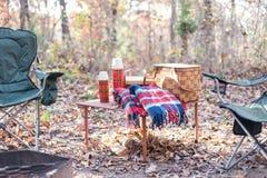 Camper dans la chute Photo stock