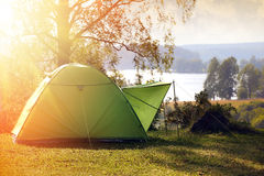 Camper dans la forêt photos libres de droits