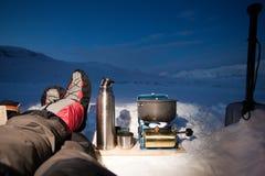 Camper dans la glace et la neige image stock