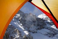 Camper dans la montagne Photographie stock libre de droits