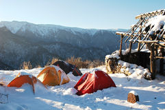 Camper dans la neige images libres de droits