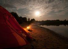Camper dans la région sauvage photos stock