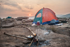 Camper dans la région sauvage Images libres de droits