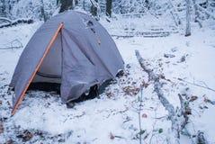 Camper dans la tente grise dans la forêt d'hiver Photos libres de droits