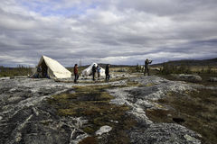 Camper dans la toundra Images libres de droits