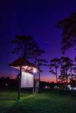 Camper dans le ciel de coucher du soleil Photo libre de droits