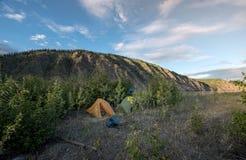 Camper dans le Yukon Photographie stock libre de droits
