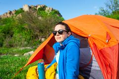 Camper dans les montagnes images stock