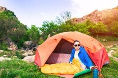 Camper dans les montagnes photographie stock