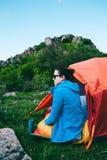 Camper dans les montagnes photo libre de droits