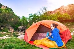Camper dans les montagnes image stock