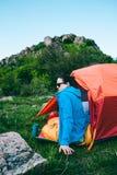 Camper dans les montagnes photographie stock libre de droits