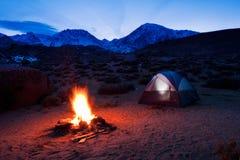 Camper dans les montagnes Photos libres de droits