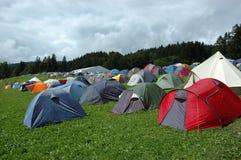 Camper dans les montagnes photo stock