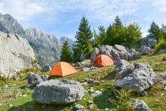 Camper dans les montagnes parmi les rochers Photo stock