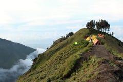 Camper dans les nuages sur le cratère de mt Rinjani Photo stock