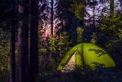 Camper dans une forêt photo stock