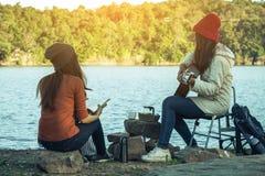 Camper de femmes et d'amis de touristes Photo libre de droits