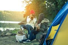 Camper de femmes et d'amis de touristes Photographie stock