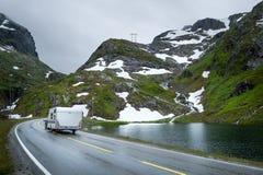 Camper, der an der szenischen norwegischen Straße in den Bergen reist Stockfotografie