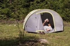 Camper, der die Uhr betrachtet Lizenzfreie Stockbilder