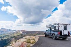 Camper, der Rocky Mountains von der Spur Ridge Road übersieht Lizenzfreie Stockbilder