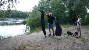 Camper, die herauf das Zelt, vorbereitend zu Nacht in den wilden, grünen Tourismus sich setzen und wandern stock video footage