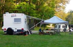 Camper ed attrezzature in uso su un fine settimana di festa nell'estate Fotografia Stock Libera da Diritti