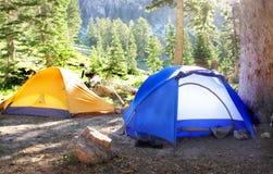 Camper en vallée avec des tentes Photo stock