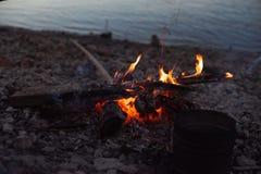 camper Feu sur la plage images libres de droits