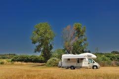 Camper geparkt in einer Landschaft Stockfoto