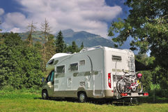 Camper geparkt in einer Landschaft Stockbild