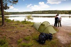 Camper par Lake Photo libre de droits