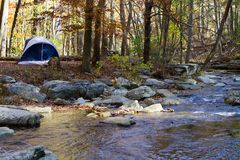 Camper par Mountain Stream image stock