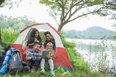 Camper par un lac avec des amis Photographie stock libre de droits