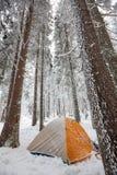 Camper pendant l'hiver augmentant dans carpathien image stock