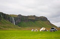 Camper près de la cascade à écriture ligne par ligne Photos stock