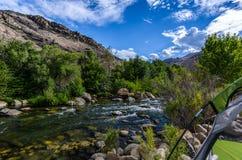 Camper près de la rivière images libres de droits