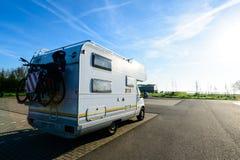 Camper Rimorchio della casa mobile del veicolo ricreativo sulla strada immagine stock